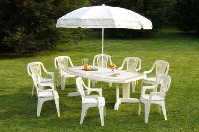 Comment nettoyer une table de salon de jardin en plastique