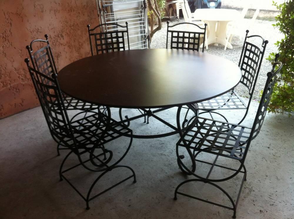 Salon de jardin table ronde en fer forgé - Abri de jardin et ...