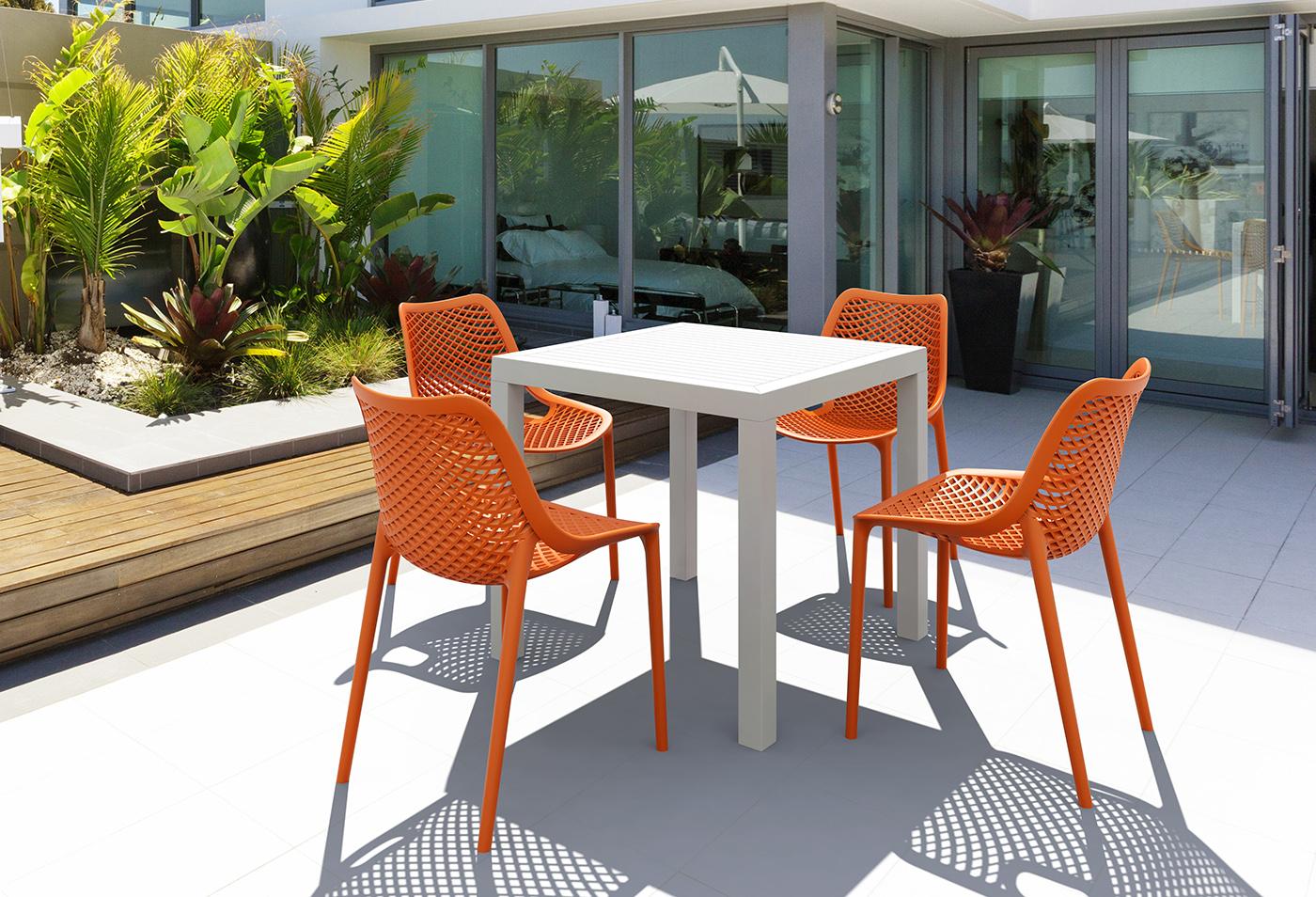 Peindre une table de salon de jardin en plastique