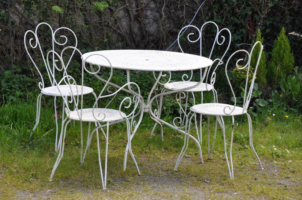 Salon de jardin romantique blanc - Abri de jardin et balancoire idée