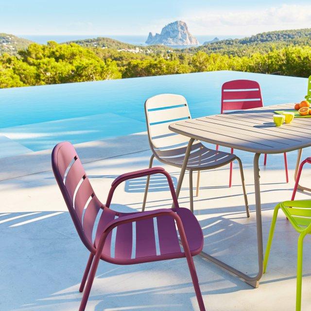 Salon de jardin bas coloré - Abri de jardin et balancoire idée